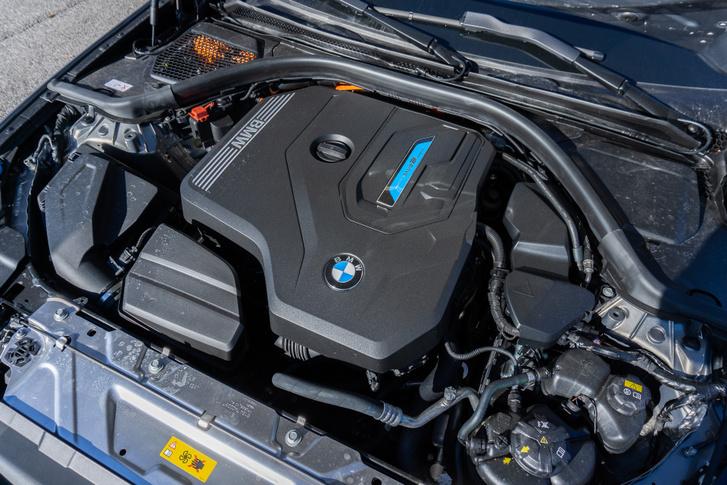 A 330e orrában pontosan ugyanaz a kétliteres, változó szelepvezérlésű, kettős megfúvású turbóval táplált motor található, mint a 20i-ben, de ehhez tartozik még egy erős villanymotor is