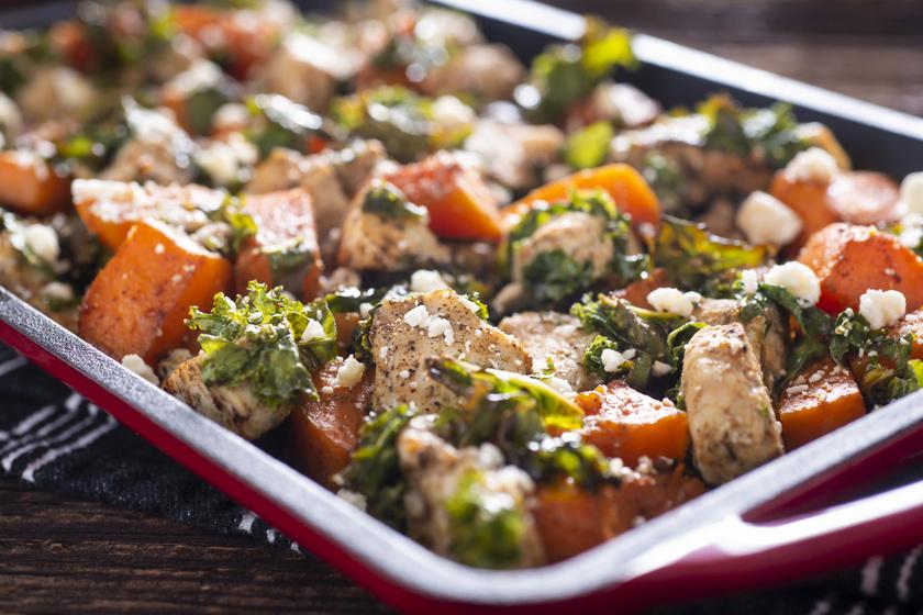 Tepsiben sült sütőtökös, fetás csirkefalatok: laktató mégis könnyű ebéd
