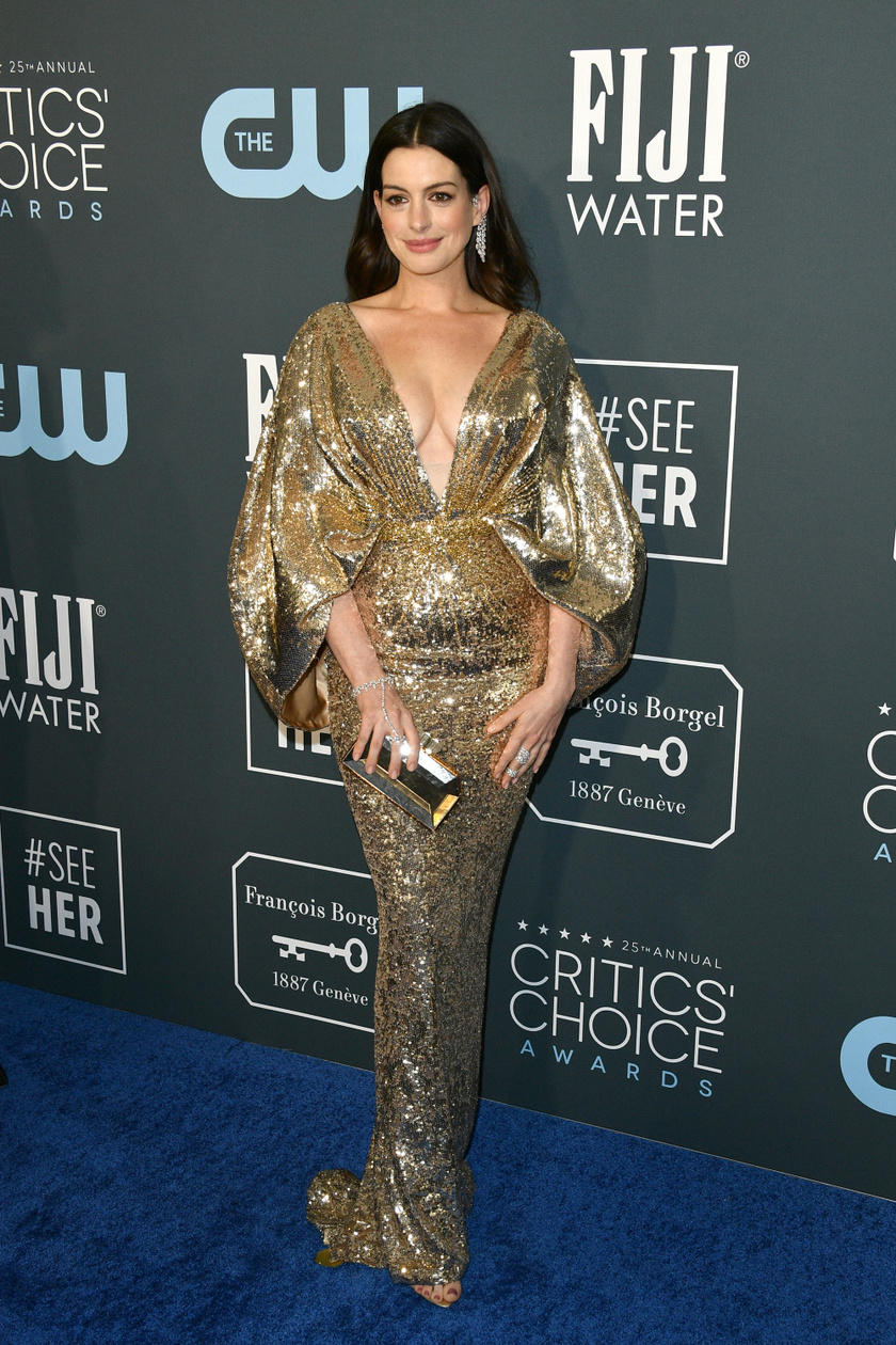 Anne Hathaway egy lélegzetelállító Versace-estélyiben lépett a vörös szőnyegre.