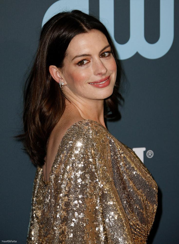 Anne Hathaway a Critics' Choice Awards vörös szőnyegén mutatta meg, hogy decemberi szülése után máris kirobbanó formában van