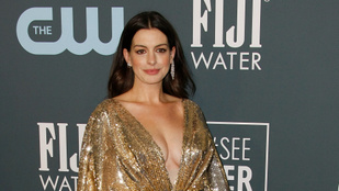 Anne Hathaway merész dekoltázzsal mutatta meg, hogy kirobbanó formában van a szülés után