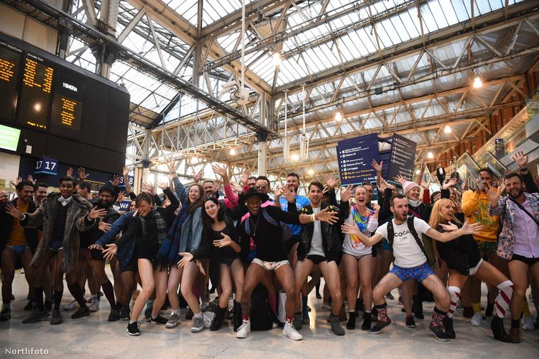 Ez pedig már London, ahol a Waterlooo megállónál álltak össze egy csoportképre a No Pants on Subway lelkes résztvevői