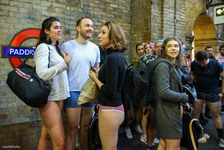Többnyire fiatalokból álló tömeg várakozik a gyülekezőponton, hogy aztán együtt leinduljanak a metrókhoz