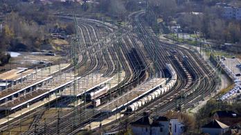 Áthajtott egy mozdonyvezető a vörösön, bő egy órát állt a vonat Kelenföldnél