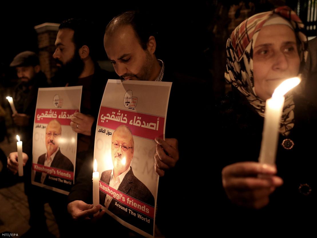 Dzsamál Hasogdzsi szaúd-arábiai újságíró portréjával tiltakoznak az újságíró meggyilkolása ellen Szaúd-Arábia törökországi konzulátusánál Isztambulban 2018. október 25-én három héttel az után hogy az ügyintézésért folyamodó Hasogdzsit megölték