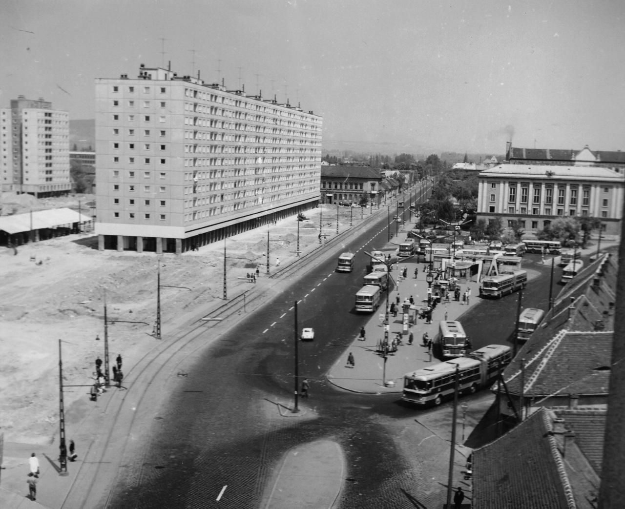 Épül a távfűtéssel tervezett lakótelep Óbudán, a Flórián tér körül. Mellette a  Miklós utcai autóbusz végállomás, amelynek a helyén ma egy park található.