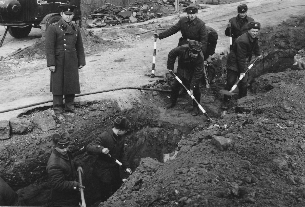 Kivezényelt katonák is ásták az árkot a fűtőcsöveknek
