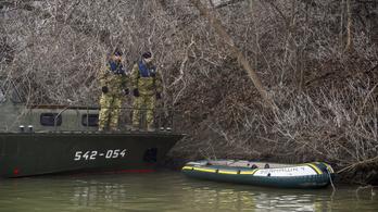Hétfőtől honvédségi járőrhajóval keresik a menekülteket a Tiszán