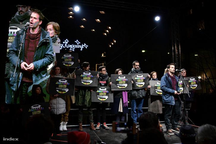 A színházak függetlenségéért tüntettek 2019. december 9-én a Madách téren