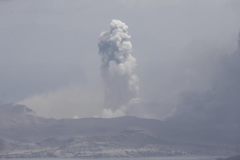 Hamufelhőt lövell ki a Taal tűzhányó a Fülöp-szigetek Agoncillo városának környékén 2020. január 13-án.