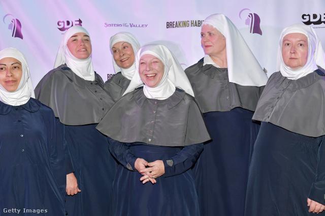 Néhány nővér a völgyből. Középen Kate.