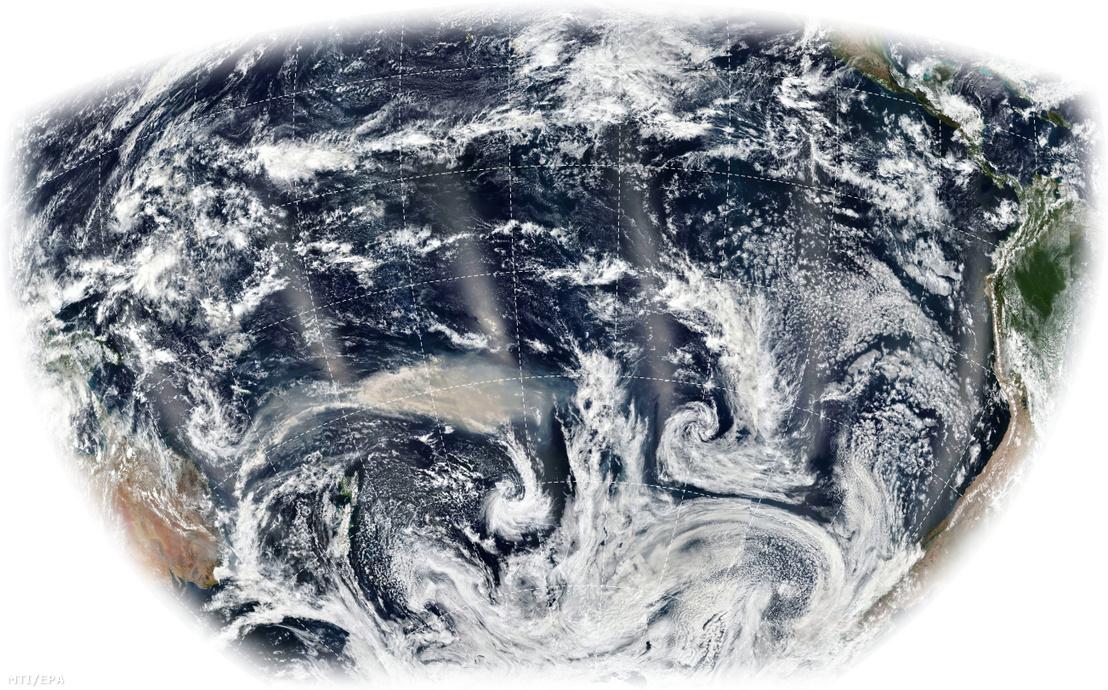 A NASA Földi Obszervatóriuma által 2020. január 6-án készített műholdfelvétel az Ausztrália délkeleti partvidékén (balra) pusztító erdőtüzek sávokban terjedő füstjéről a Csendes-óceán felett.