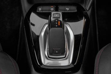A Drive Mode kapcsoló GS Line csomagban sportállást is ismer a Comfort és Eco mellett, de persze csak a kormány rásegítésre és a gázpedál érzékenységére hat