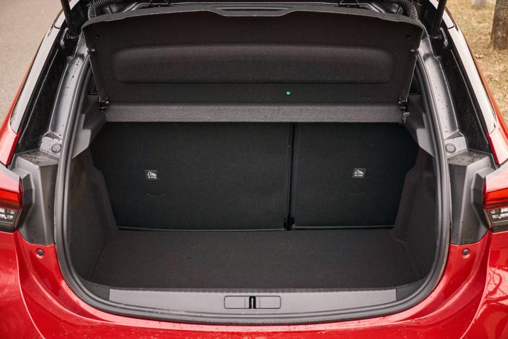 A csomagtér padlója alatt feláras szükségpótkerék lapult, alapesetben annak helyére is pakolhatunk