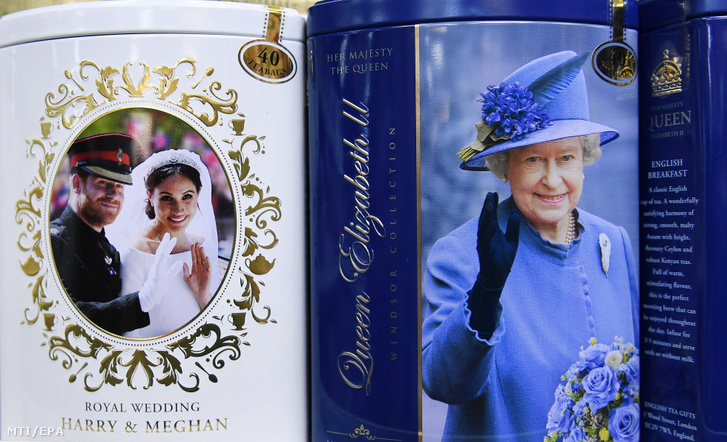 II. Erzsébet brit királynő fényképe (j) és Harry sussexi herceg, a brit trónörökös másodszülött fia és a felesége, Meghan sussexi hercegnő esküvői fotója látható ajándéktárgyakon egy londoni üzletben 2020. január 10-én.