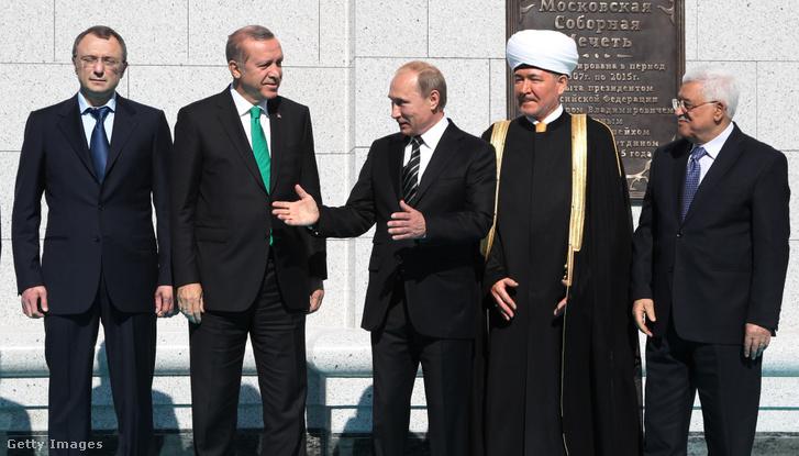 Szulejmán Kerimov (balra) Erdogannal (balról a második) és Putyinnal (középen) a felújított moszkvai mecsetnél 2015-ben, mellettük az orosz nagy mufti Ravil Gainutdin, és a palesztin elnök Mahmod Abbas (jobbra)