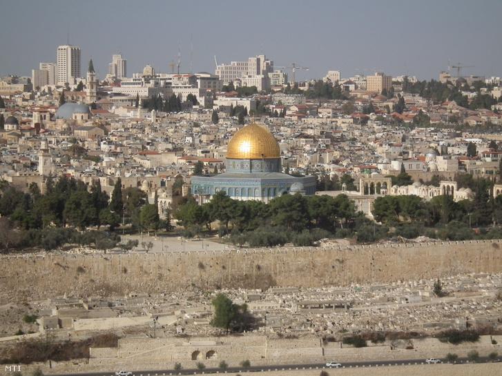 Jeruzsálem látképe a Templom-hegyen lévő aranykupolás Szikla-mecsettel.