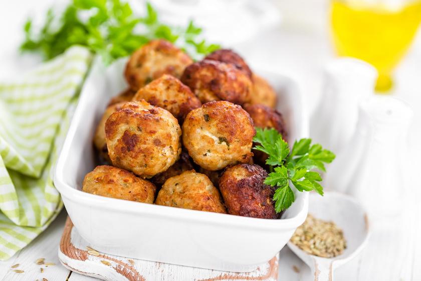 Sajttal töltött fasírtgolyók sütőben sütve: pulykahúsból egészségesebb