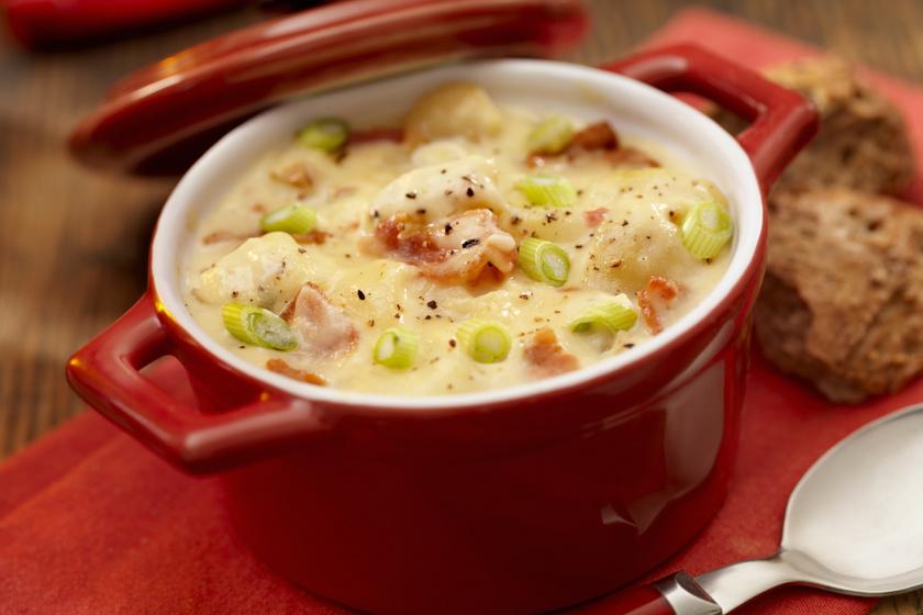 Sűrű, tejfölös krumplileves hagymával és baconnel: abbahagyhatatlanul finom