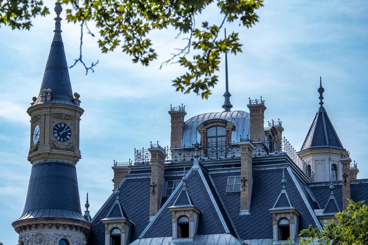 Látványterveket ugyan nem publikáltak a felújításról, de a tetőzete már tavaly készen volt a kastélynak