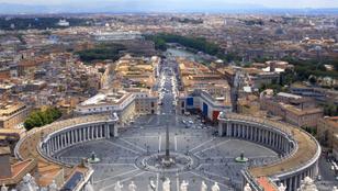 Elköltözött a pápa: 300 éve nem látott válság küszöbén a katolikus egyház
