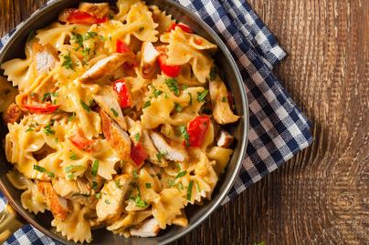 Gyors, krémes egylábasos tészta csirkemellel: nincs utána mosogatnivaló