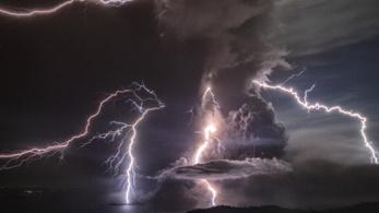 A természet dühöngése kimaxolva: vulkánkitörés villámokkal