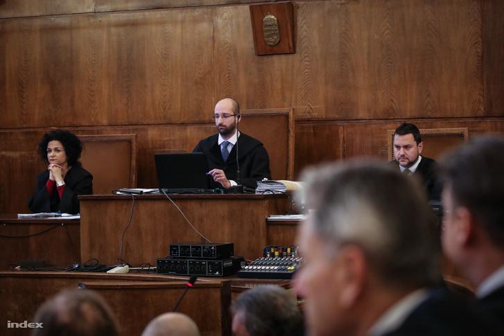 Simonka György és 32 társa ellen ugyanis költségvetési csalás bűntette miatt indult büntetőügy tárgyalása a Fővárosi Törvényszéken 2020. január 14-én