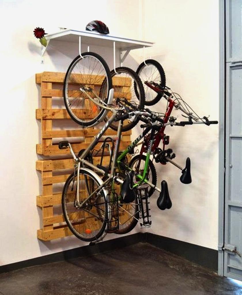 Az ezerarcú raklap erre is jó? Úgy tűnik, igen: pár polcra szerelt kampón több bicikli is elfér, és még a fal sem lesz koszos.