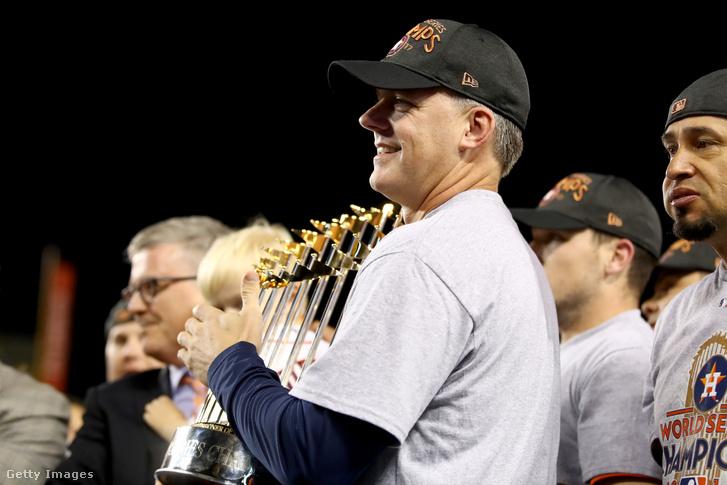 Hinch a 2017-ben megnyert World Series-trófeával