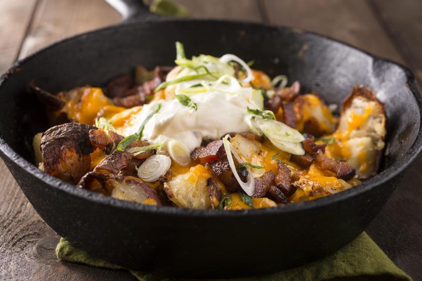 Hagymás, baconös serpenyős krumpli tejföllel leöntve: ínyenc köret vagy önálló fogás