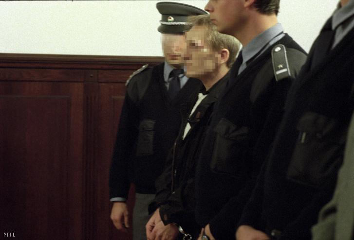 A másodrendű vádlott Bene László hallgatja Bakonyi István bíró ítéletét Donászi Aladár és társai perén a Legfelsőbb Bíróságon 1996. január 25-én. A vádlottat több emberen részben elõre kitervelten részben nyereségvágyból részben aljas indokból elkövetett emberölés bűntettében és más bűncselekményekben mondta ki bűnösnek a Budai Skála áruház pénzszállító autójának kirablása valamint több ember egy 23 éves egyetemista és két vadász életének kioltása miatt a bíróság.