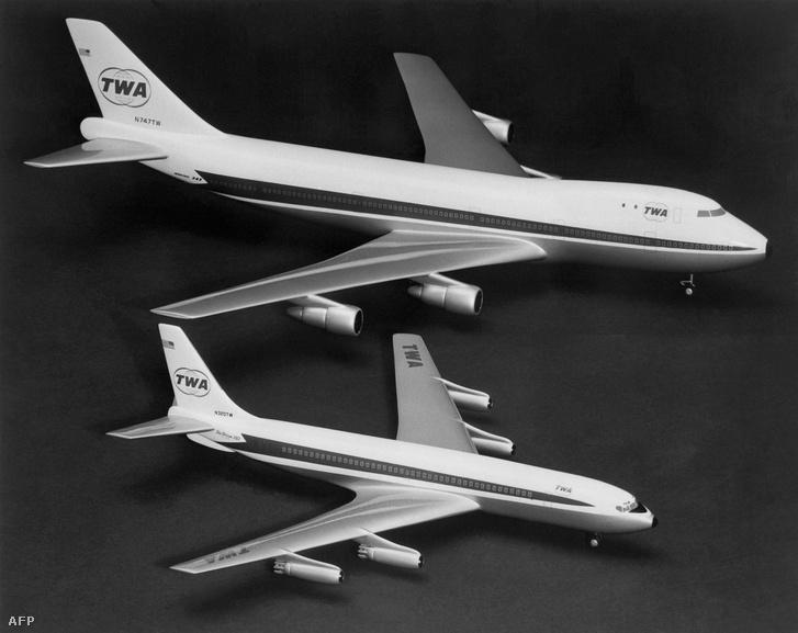 Boeing 747 (fent) és a Boeing 707