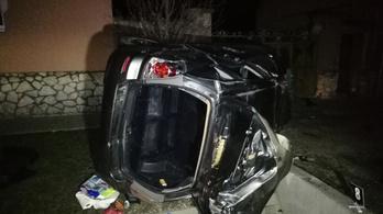 Betonhídnak csapódott egy autó Mezőlakon