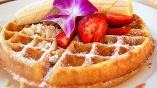 Reggeli egészségesebb változatban: zabkorpás gofri banánnal és mogyoróvajjal