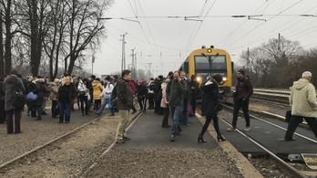 Lejárt a mozdonyvezető munkaideje, Újpesten megállította a vonatot