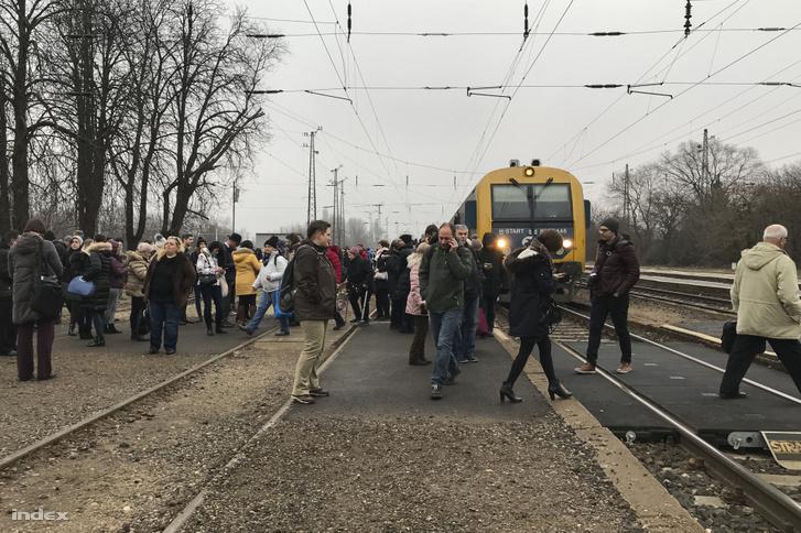 Leszállított utasok 7:32-es vonatról Rákospalota-Újpest állomáson