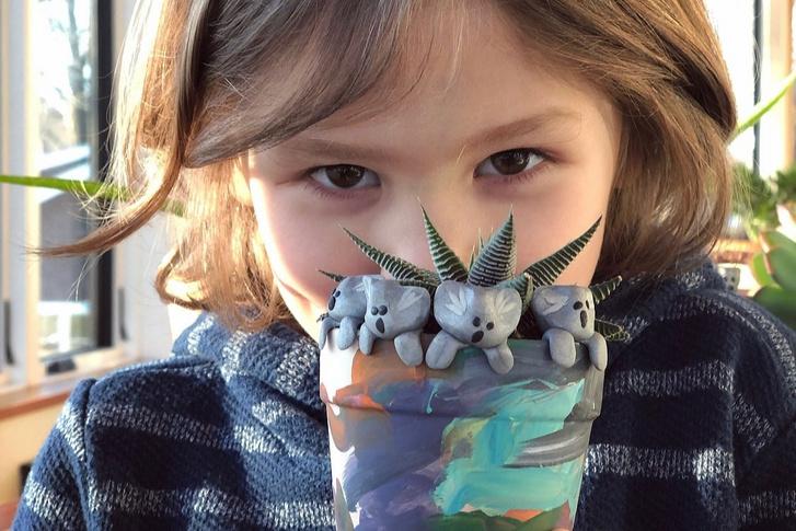 Owen és az általa készített agyag koala figurák
