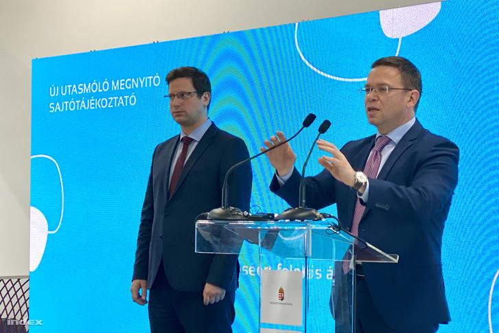 Gulyás Gergely (balra) és Fürjes Balázs átadták az Liszt Ferenc Nemzetközi repülőtér 2A termináljánál épített utasmólókat