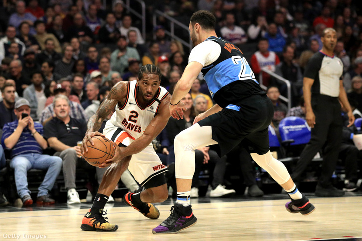 Kawhi Leonard fűzi át magát Larry Nance-en a Los Angeles Clippers–Cleveland Cavaliers-meccsen