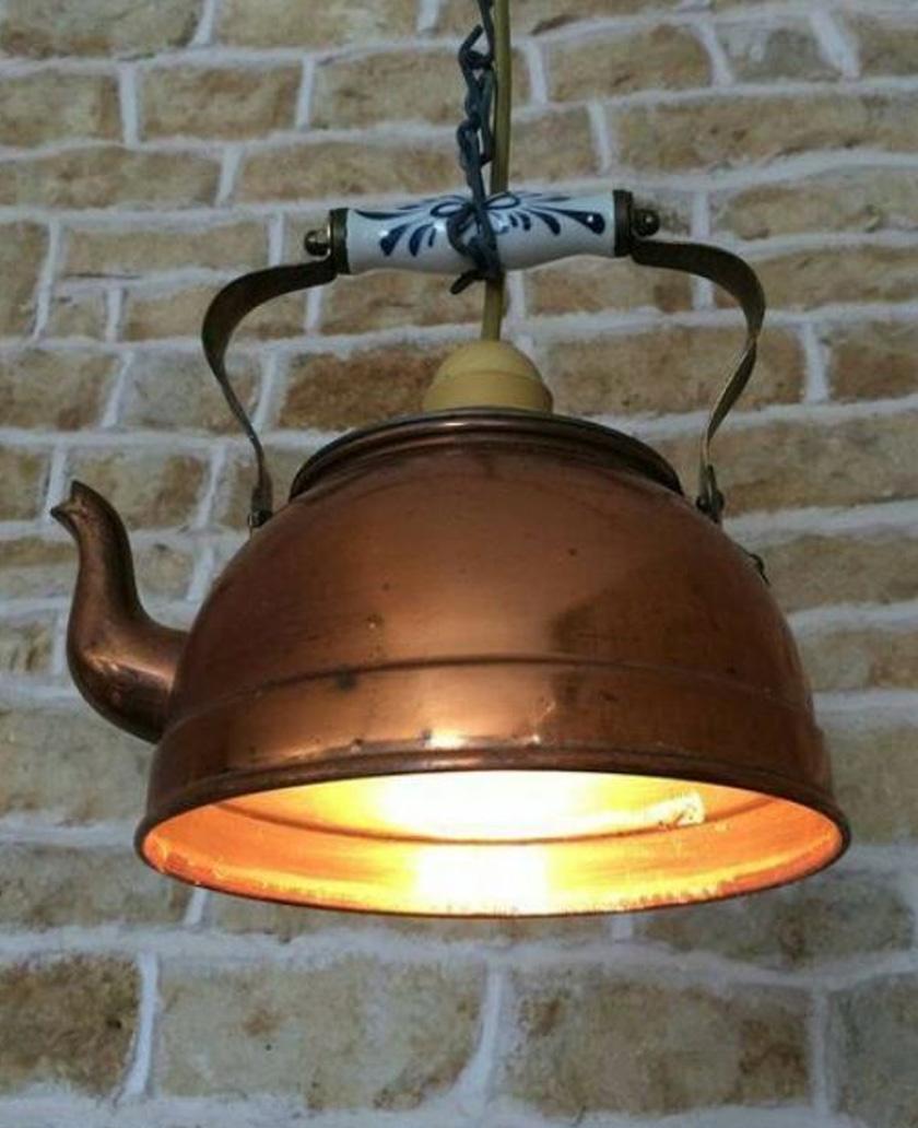 Egy öreg teáskannából aranyos és egyedi lámpabúrát lehet készíteni.