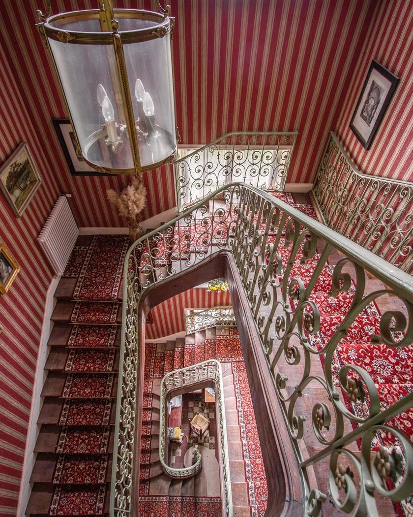 Elég nyomós indok kellhetett ahhoz, hogy ezt a házat egyik pillanatról a másikra elhagyják - egyszerűen gyönyörű ez a lépcsősor!