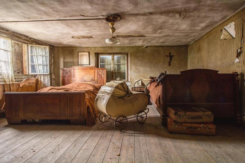 Még ott van a serpenyő a tűzhelyen, és az ágyat is bevetették - Hátborzongató, ahogy otthagyták az épületet
