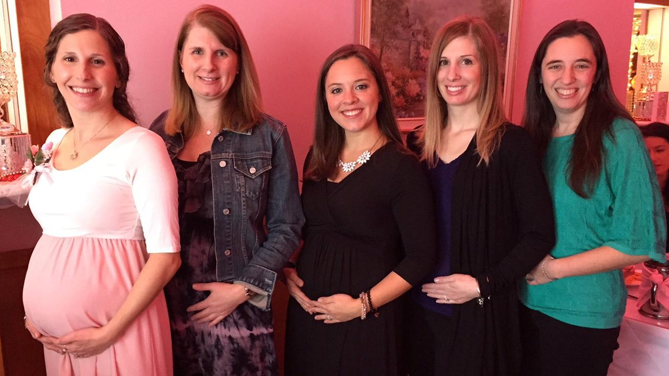 Hihetetlen, de az 5 barátnő egyszerre lett terhes: évekig küzdöttek, hogy babájuk legyen