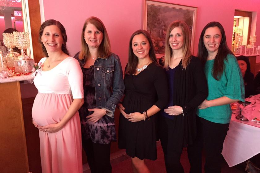 Először Celeste (balról) jelentette be barátnőinek, hogy végre megtörtént, amiről olyan régóta álmodozott: teherbe esett. Három hónappal később Kristen tesztje lett pozitív, majd két héten belül Amie, Kristin és Mickie is megtudták, hogy babát várnak.