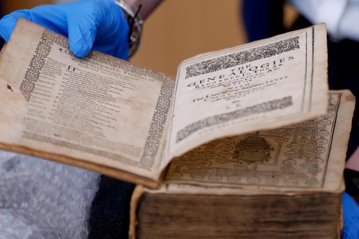Az 1615-ös kiadású Genfi Biblia, amelyet szintén elloptak a pittsburghi Carnegie Könyvtárból, és Hollandiában az American Pilgrim Museumban találtak meg a hatóságok.