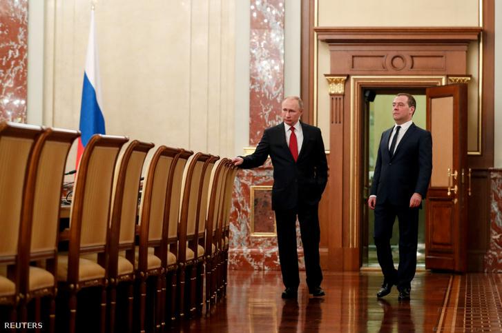 Medvegyev (jobbra) és Putyin a találkozó előtt Moszkvában