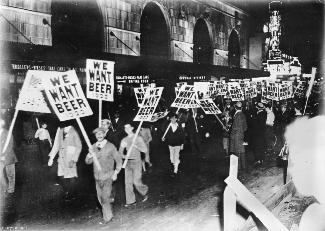 Gyári munkások New York utcáin sörért tüntetnek.