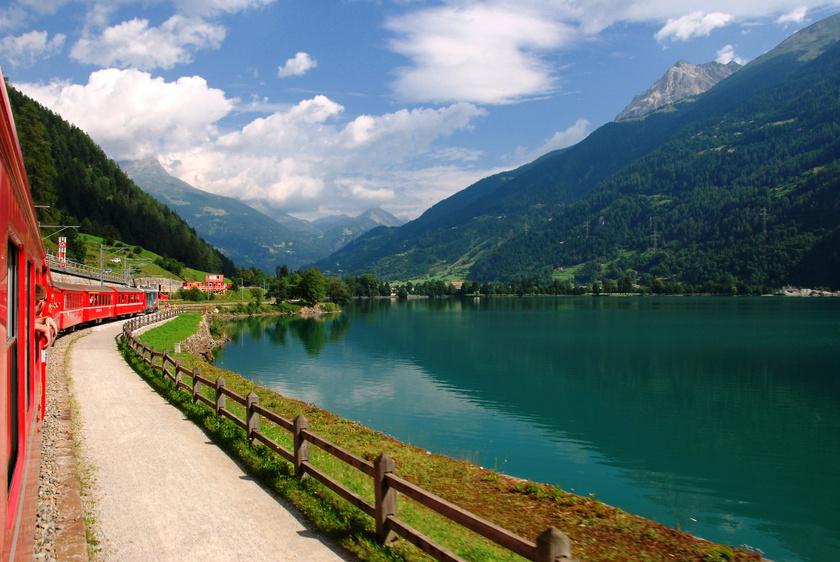 A vonat a Poschiavo-tó partján.