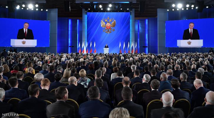Vlagyimir Putyin orosz elnök éves beszédét mondja a parlament két háza előtt a moszkvai Manyézs Központi Kiállítási Csarnokban 2020. január 15-én.